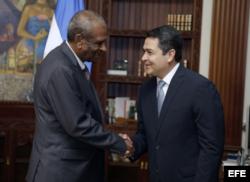 El embajador de Cuba, Sergio Publio Oliva Guerra, habló de las becas ayer, tras presentarse ante el presidente Juan Orlando Hernández.