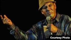 """Pánfilo, interpretado por Luis Silva, es el personaje central del programa humorístico """"Vivir del Cuento""""."""
