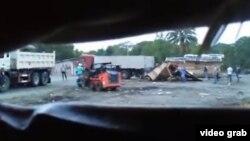 Instantánea de un momento de la destrucción de las viviendas por parte de la policía, visto en un video compartido en YouTube por Diario de Cuba.