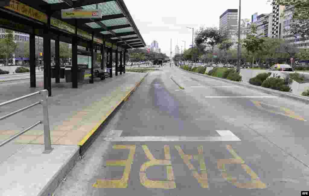 Vista general de una estación vacía de Metrobús en Buenos Aires (Argentina).