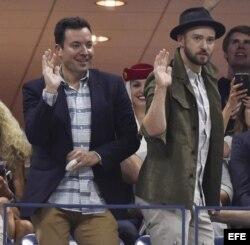 La personalidad de televisión estadounidense Jimmy Fallon (i) y el cantante de la misma nacionalidad Timberlake (d) disfrutaron el partido Federer- Gasquet.