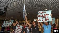 Manifestantes que rechazan la visita al país de la disidente cubana Yoani Sánchez