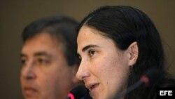 La disidente cubana Yoani Sánchez, durante una conferencia sobre la libertad de expresión en Cuba, que ofreció en la reunión semestral de la Sociedad Interamericana de Prensa. Foto de archivo