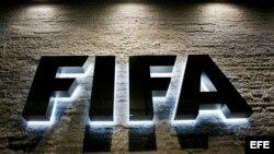 Vista del logo de la FIFA en la sede de la entidad en Zurich, Suiza.