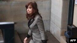 La expresidente argentina Cristina Fernández de Kirchner deja la corte federal en Buenos Aires el 13 de agosto de 2018.