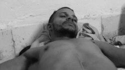 """El rapero Maykel Castillo """"El Osorbo"""", en huelga de hambre y sed en la sede del Movimiento San Isidro, exigiendo la libertad del rapero Denis Solís (Foto: Katherine Bisquet)."""