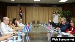 La jefa de la Agencia de Pequeñas Empresas de EEUU, María Contreras-Sweet, reunida con funcionarios cubanos.