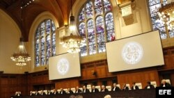 Miembros de la Corte Internacional de Justicia (CIJ), durante la emisión del fallo sobre el contencioso marítimo entre Perú y Chile, en la Haya, Holanda.