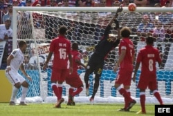 El portero cubano Sandy Sánchez no pudo atrapar un remate de cabeza de Dempsey.