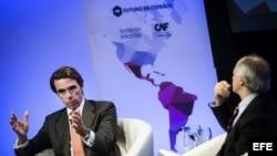 José María Aznar durante su participación en una charla coloquio con el periodista colombiano Juan Carlos Iragorri (i-d).