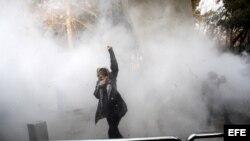 Estudiantes iraníes se enfrentan a la policía durante las protestas en los alrededores de la Universidad de Teherán.