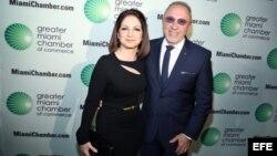 El matrimonio Estefan, Gloria y Emilio, durante la entrega de un premio que se les otorgó este año en Miami.