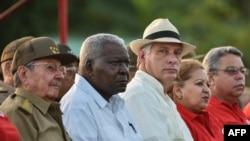 Raúl Castro, el presidente del Parlamento Esteban Lazo y el vicepresidente Miguel Diaz-Canel (C). (Archivo)