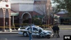 Archivo - Sitio del tiroteo en North Tucson, Arizona (EE.UU.), donde fue herida la excongresista Gabrielle Giffords en el centro comercial. Archivo.