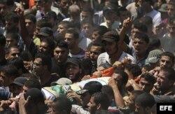 Cientos de seguidores de Hamás participan en el funeral de tres de sus comandantes más importantes, Muhamad Abu Shamala, Raed al-Attar y Mohmad Barhoum, en Rafah, al sur de la Franja de Gaza.