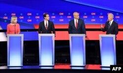 De izquierda a derecha, la senadora de Nueva York Kirsten Gillibrand, el ex secretario de Vivienda Julián Castro, el senador de Nueva Jersey Cory Booker y el ex vicepresidente Joe Biden (Foto: Jim Watson/AFP).