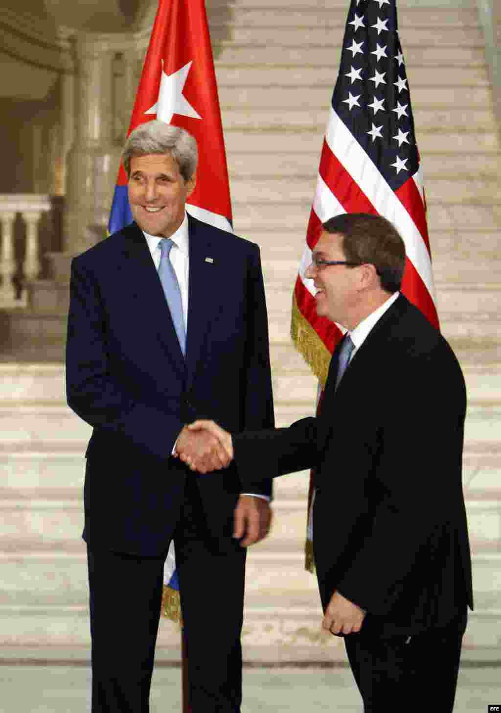 John Kerry y Bruno Rodríguez (i-d).