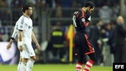 Los jugadores del Real Madrid Diego López (d) y Pepe, al término del partido de ida de las semifinales de la Liga de Campeones ante el Borussia Dortmund.