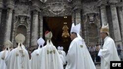 Un grupo de cardenales y obispos católicos en la Catedral de La Habana.