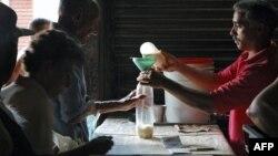 Un hombre compra leche en una bodega de Cuba. Foto Archivo.