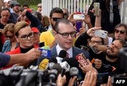 Los abogados de Lula, Cristiano Zanin y Valeska Teixeira Zanin Martins, hablan con la prensa al salir de la prisión de Curitiba tras visitar al ex presidente (Foto: Henruy Milleo/AFP). Parana State,