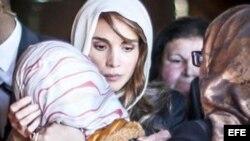 La reina Rania de Jordania, marcha junto a manifestantes en Amman.