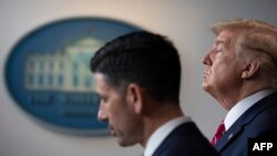 El Presidente Donald Trump escucha el viernes en la Casa Blanca la explicacion del secretario interino de Seguridad Nacional Chad Wolf (Jim Watson/AFP).