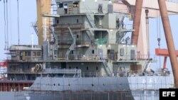 Operarios chinos construyen un barco en un astillero de la ciudad de Qingdao, en la provincia oriental de Shandong.