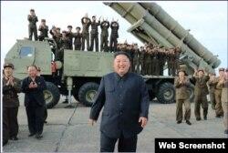 Kim Jong Un celebra el lanzamiento del misil, en esta foto publicada por diario oficial norcoreano. (Captura de imagen/Rodong Sinmun)