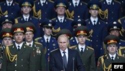 El presidente ruso Vladimir Putin (c) durante la inauguración del foro militar Armada-2015 en el parque de las Fuerzas Armadas rusas en Moscú, Rusia.