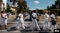 Damas de Blanco desfilan por Quinta Avenida
