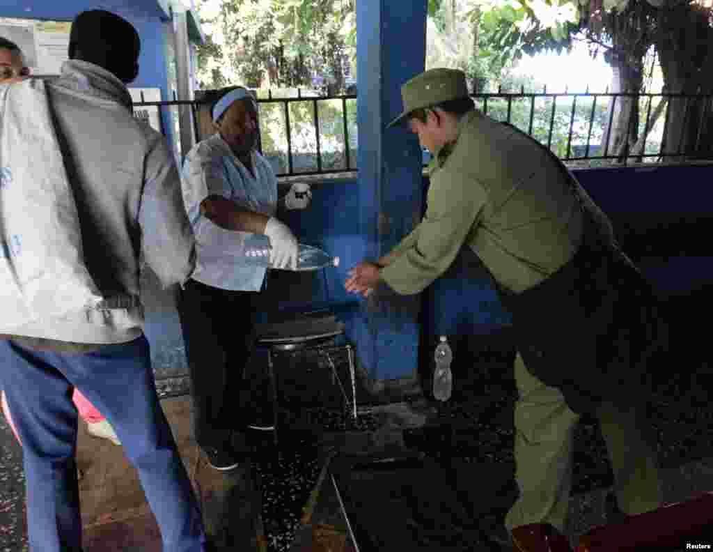 Un puesto para desinfectarse las manos en la terminal de omnibus de La Habana, es una de las medidas para combatir el cólera.