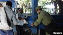 Medidas mediatizadas: Un puesto para desinfectarse las manos en la terminal de omnibus de La Habana.