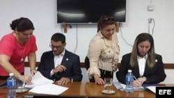 La rectora de la Uniss, Nayma Trujillo, y el titular de centro de educación superior neoyorquino, José Luis Cruz, suscribieron el documento.