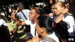 Integrantes de las Damas de Blanco son desalojadas por la Policía (diciembre, 2013). Archivo.