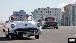 Dos vehículos clásicos en La Habana.