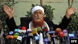 """El líder islamista yemení Abdul Majeed al-Zindani ofrece una rueda de prensa para condenar los ataques de Estados Unidos con """"drones"""" o aviones no tripulados que se han multiplicado durante la presidencia de Obama en Yemen, Somalia, Pakistán y Afganistán."""