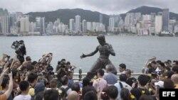 Estatua de Bruce Lee en la Avenida de las estrellas en Hong Kong, China.