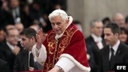 Fotografía de archivo tomada el 9 de febrero de 2013 que muestra al papa Benedicto XVI bendiciendo a los miembros de la Orden de Malta durante una misa en la Basílica de San Pedro del Vaticano.