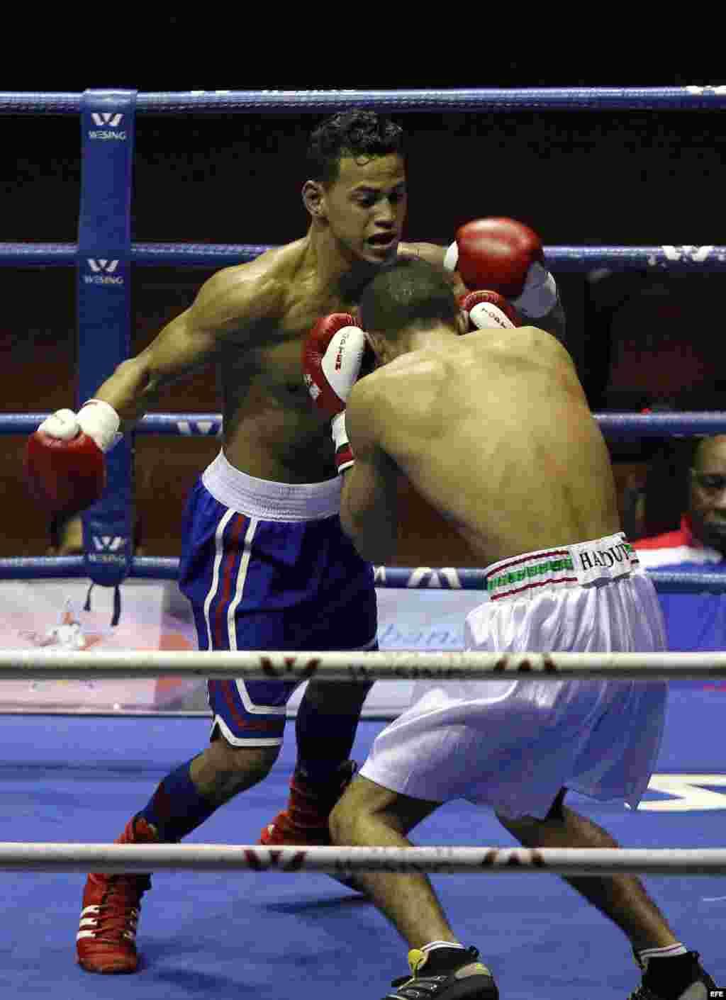 Robeisy Ramírez (i), de los Domadores de Cuba, y Mohamed Hamout (d), de los Leones de Marruecos, compiten en la categoría de los 56 kg. en la V Serie Mundial de Boxeo, el 16 de enero de 2015, en La Habana.