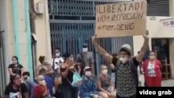 Luis Robles, por portar un cartel-protesta en el Boulevard de San Rafael en La Habana, está recluido en el Combinado del Este, prisión de máxima seguridad.