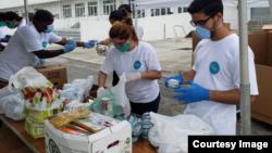Voluntarios trabajan en la recogida de ayuda para los cubanos en la isla, como parte de la iniciativa Solidaridad entre hermanos. (Foto tomada del Facebook de Ernesto Oliva Torres)