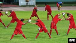 Foto de archivo. Jugadores del seleccionado de fútbol de Cuba, durante una sesión de entrenamiento.