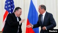El secretario de Estado, Mike Pompeo, saluda a su homólogo ruso Serguei Lavrov tras su reunión en Sochi.