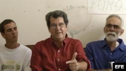 """El opositor cubano Oswaldo Payá, líder del MCL, junto a otros opositores sin identificar, anunció el 22 de noviembre de 2007, en La Habana, la creación de un """"Comité Ciudadano de Reconciliación y Diálogo"""""""