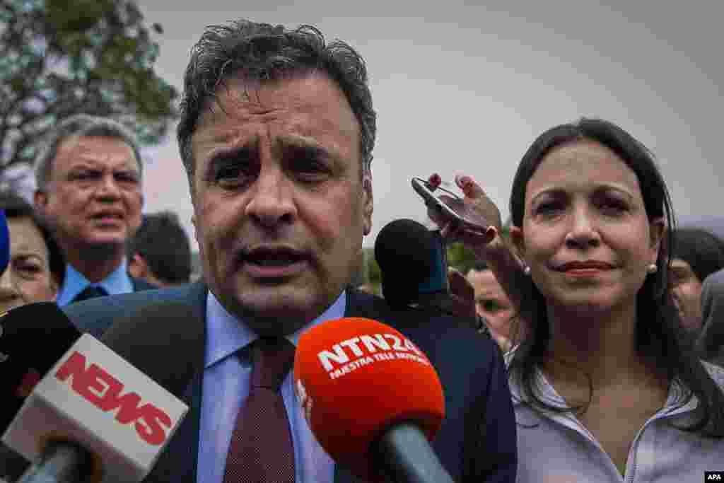 El senador y excandidato presidencial brasileño Aécio Neves (i) acompañado de la exdiputada venezolana Maria Corina Machado (d) ofrecen declaraciones a la salida del aeropuerto.