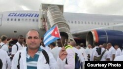 Médicos cubanos se despiden antes de viajar a África Occidental, un viaje que para algunos podría ser sin regreso. Archivo.
