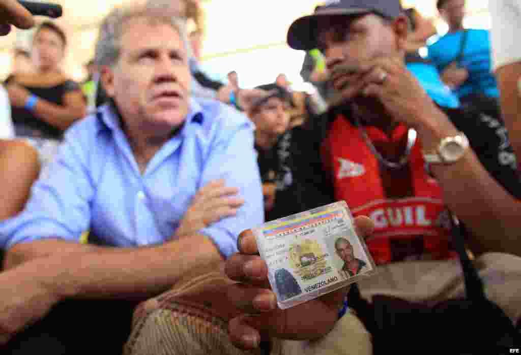 El secretario general de la Organización de Estados Americanos (OEA), Luis Almagro (i), escucha a un hombre que muestra su documento de identidad, hoy, sábado 5 de Septiembre de 2015, en el coliseo municipal del sector de La Parada, cerca a Cúcuta (Colomb