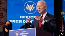 El presidente electo, Joe Biden, junto a la vicepresidenta electa, Kamala Harris, anuncia en Wilmington, Delaware, el 15 de enero de 2021, su ambicioso plan de vacunación.