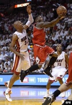 Ray Allen (i) de los Heat en acción ante Nate Robinson (d) de los Bulls durante un partido de semifinales de la NBA disputado el lunes 6 de mayo de 2013, en el American Airlines Arena en Miami, Florida.